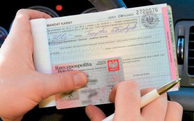 Dobra wiadomość dla kierowców. Koniec mandatów za brak papierowej wersji polisy OC i dowodu rejestracyjnego.